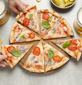 PIZZA MIT GORGONZOLA UND KIRSCHTOMATEN